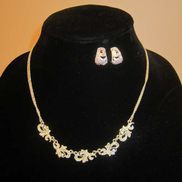 Jewelry - Rhinestone Silvertone Necklace Earrings Set EUC